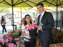 Geoff Lee visits local stall at Friday markets, Centenary Square, Parramatta.
